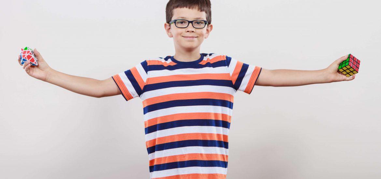 Junge mit Zauberwürfel und Megaminx