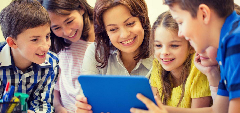 Kosten für Nachhilfe senken - Kinder mit Tablet